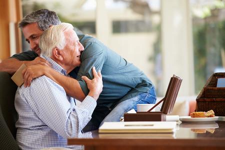 adult male: Anziano padre di essere confortati dalla Figlio adulto