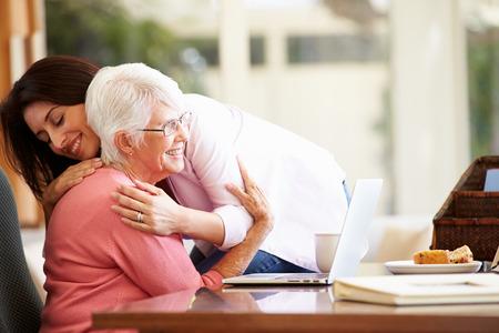 80s adult: Hija madre mayor que es confortada por Adult Foto de archivo