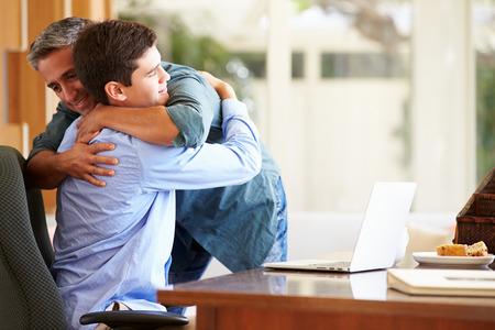 Padre e hijo adolescente Tener un abrazo Foto de archivo - 31067179