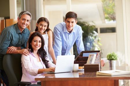 dadã  daughter: Retrato de la familia usando la computadora portátil Juntos
