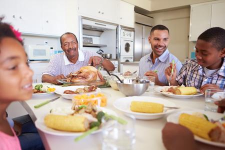 Assis Famille multi-générations autour de la table Manger Repas Banque d'images