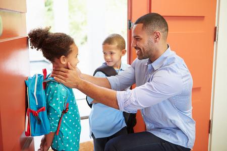 Vater Abschied von Kindern, wie sie verlassen für die Schule