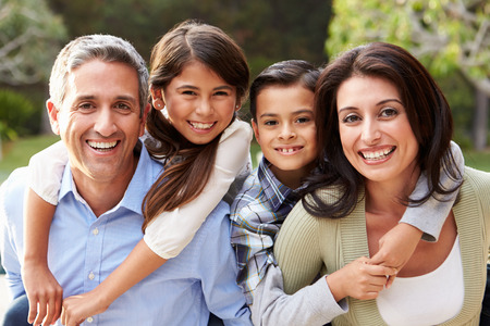 gezonde mensen: Portret Van Spaanse Familie in Platteland Stockfoto