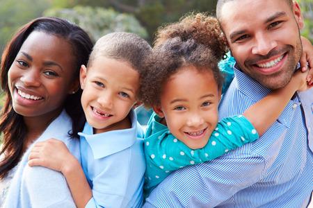 famille africaine: Portrait de l'Afrique American Family En Campagne Banque d'images