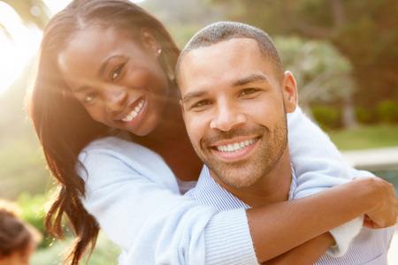 couple heureux: Portrait d'aimer africaine Couple dans la campagne am�ricaine