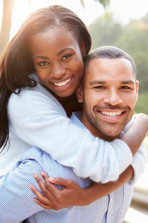 Portret van liefdevolle Afrikaans Amerikaans Paar In Platteland Stockfoto