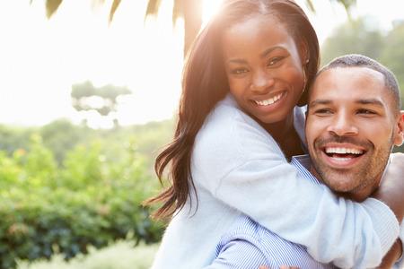 verliefd stel: Portret van liefdevolle Afrikaans Amerikaans Paar In Platteland Stockfoto