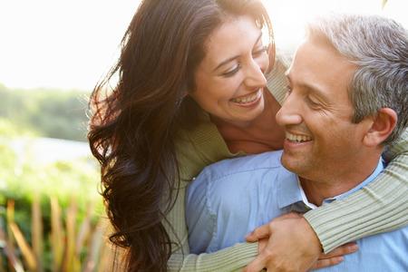 pareja saludable: Pares hispánicos cariñosos en Campo