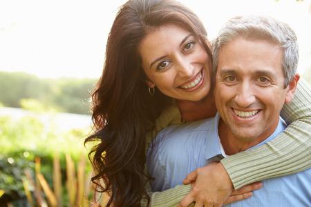 femmes souriantes: Portrait d'un couple hispanique Amoureux En Campagne