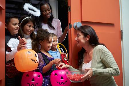 golosinas: Niños que van a pedir dulces con la madre