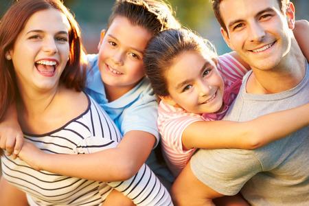 famille: Portrait en plein air de famille de s'amuser dans le parc Banque d'images