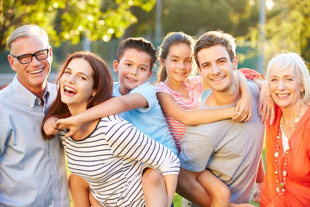 gl�ckliche menschen: Outdoor-Portr�t der Familie mit mehreren Generationen im Park