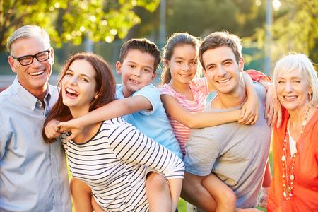 carita feliz: Retrato al aire libre de Familia multi-generacional en el parque Foto de archivo