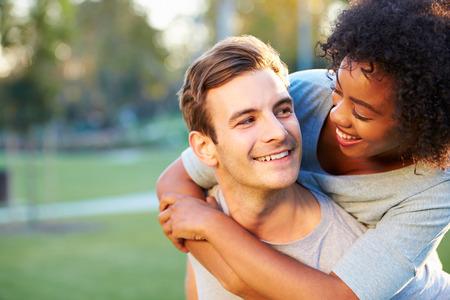 parejas felices: Retrato al aire libre de pares jovenes rom�nticos en el parque