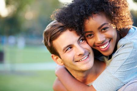 amigos abrazandose: Retrato al aire libre de pares jovenes románticos en el parque