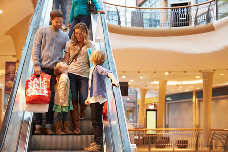 Family On Escalator In Shopping Mall Together Stockfoto