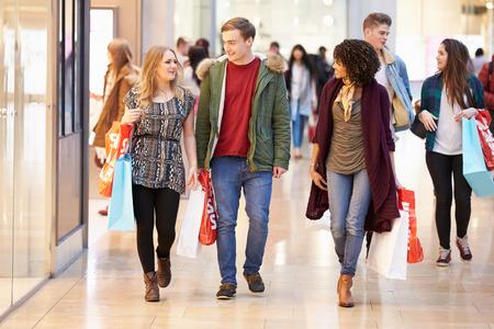 plaza comercial: Grupo de j�venes amigos de compras en el centro comercial Juntos