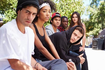 pandilleros: Cuadrilla de gente joven en el ambiente urbano se sientan en banco