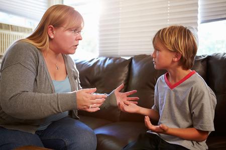 disciplina: Madre regaño hijo en su casa