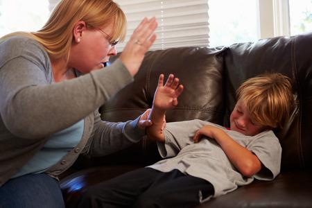 自宅で息子に向かって物理的に虐待されて母します。 写真素材