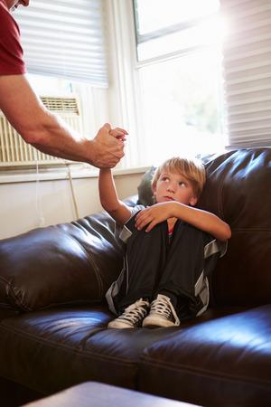 maltrato infantil: Concepto de imagen para ilustrar el Abuso Infantil