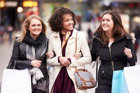 mujeres juntas: Tres amigos femeninos Compras aire libre juntos Foto de archivo
