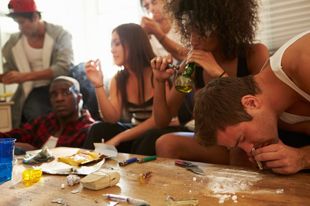 Gang Of Young People Taking Drugs Stockfoto