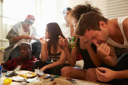 joven fumando: Banda de los jóvenes personas que toman medicamentos