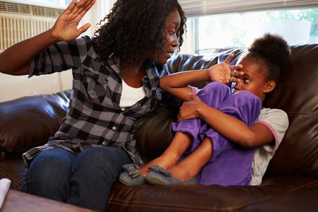 problemas familiares: Madre estar físicamente abusivo hacia hija en el hogar