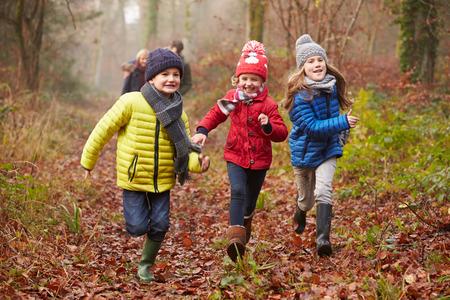 冬の森を歩く家族