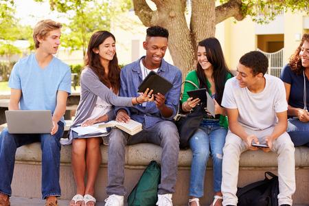 estudiantes: Estudiantes de secundaria que colaboran en proyecto en el campus Foto de archivo