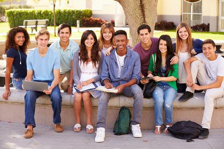 escuelas: Retrato al aire libre de los estudiantes de secundaria en el campus Foto de archivo