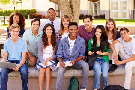 profesor alumno: Retrato de estudiantes de secundaria con el profesor en el campus