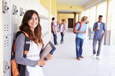 Mujer Escuela Superior Permanente de Estudiantes Por Taquillas Foto de archivo - 33474236