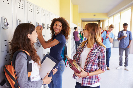 Gruppo Della Femmina studenti delle scuole superiori, parlando da Lockers Archivio Fotografico - 33474239