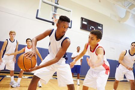 sport team: Man High School Basketball Team Playing Game Stockfoto