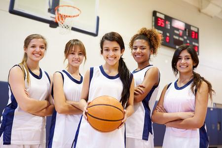 baloncesto chica: Los miembros de la hembra de alta equipo de baloncesto Escuela