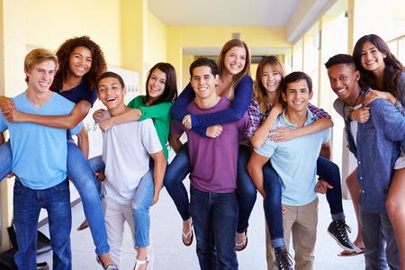 복도에서 피기 백주기 고등학교 학생의 그룹