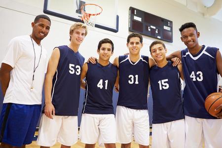 uniforme escolar: Miembros Del Hombre Secundaria equipo de baloncesto con el coche
