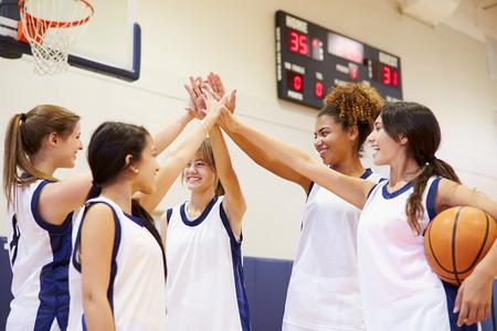 basketball girl: Mujer Secundaria Equipo Baloncesto Tener Equipo Talk Foto de archivo