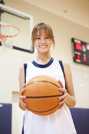 baloncesto chica: Retrato De La Mujer Alta Escuela Jugador de baloncesto