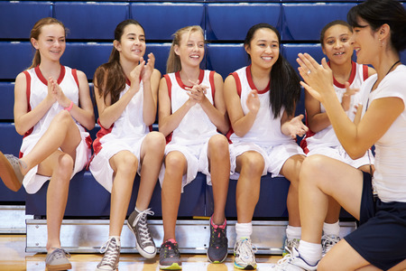 Coach Of Female High School Basketball Team Gives Team Talk 版權商用圖片 - 33478107