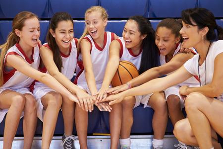 sport team: Coach Van Vrouwelijke High School Basketball Team Geeft Team Talk Stockfoto