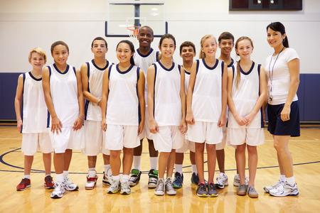 sport team: Portret van de middelbare school Sportteam in de sportschool met Coach