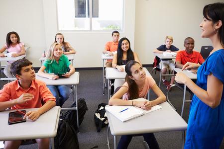 Vrouwelijke middelbare school leraar nemen Klasse