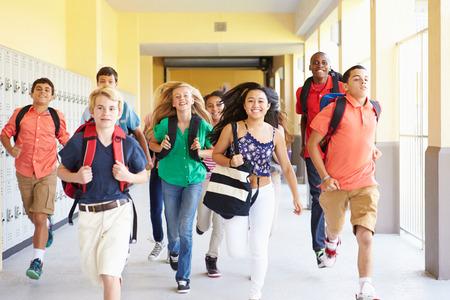 廊下に沿って実行している高校生のグループ
