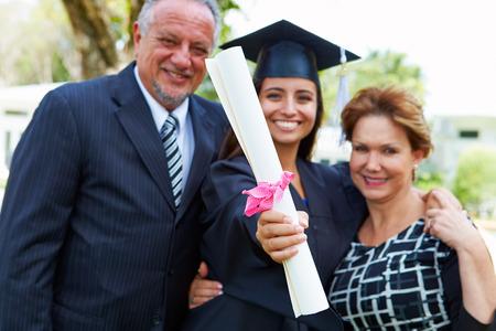 hispanic student: Estudiantes y padres hispanos celebrar la graduaci�n