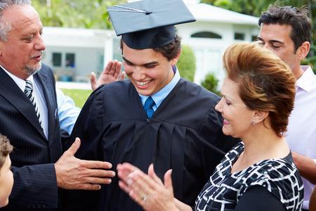 graduacion niños: Estudiantes Hispanos Y Familia Celebrando Graduación
