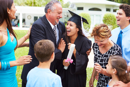 birrete de graduacion: Estudiantes Hispanos Y Familia Celebrando Graduaci�n