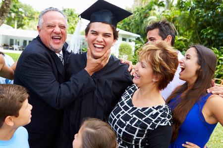 Hispanic Student And Family Celebrating Graduation Banque d'images